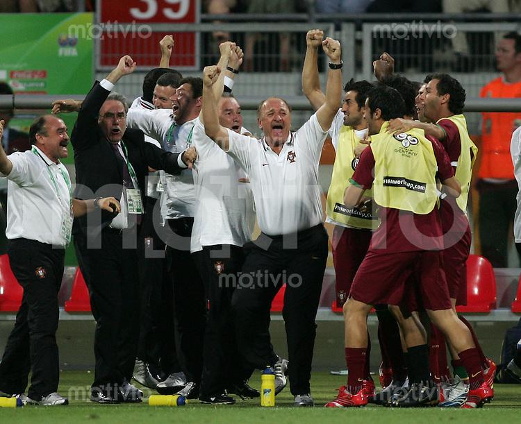 Fussball WM 2006 Achtelfinale  Portugal - Niederlande Portugal-Trainer Luiz Felipe SCOLARI (mitte) bejubelt das 1:0