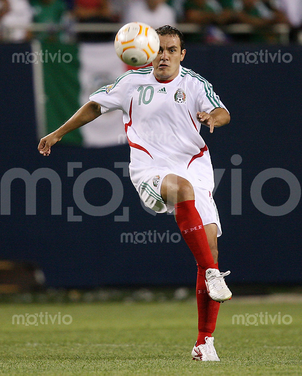 Fussball International Gold Cup Halbfinale  Guadeloupe 0-1 Mexico Cuauhtemoc Blanco (MEX) am Ball