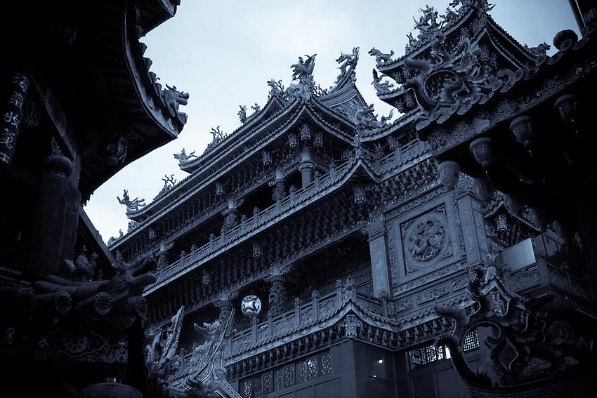 Le temple de Guandu à la nuit tombée. (traitement sélénium)