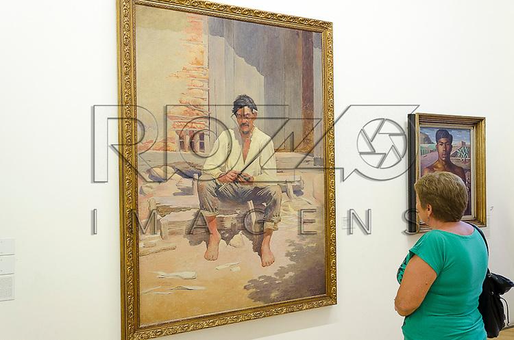 Visitante observa quadro em exposição na Pinacoteca do Estado de São Paulo, São Paulo - SP, 01/2013.                                     - Uso de imagem autorizado