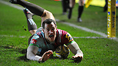 3rd December 2017, Twickenham Stoop, London, England; Aviva Premiership rugby, Harlequins versus Saracens; Tim Visser of Harlequins scores Quins second try to move one point ahead of Saracens and win the match