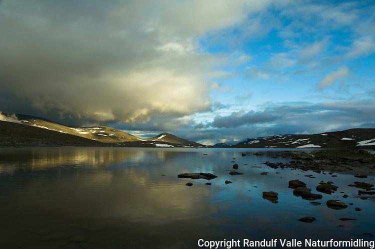Simlevannet på Saltfjellet en sommerkveld. --- Summer evening at small lake in the Saltfjellet region.