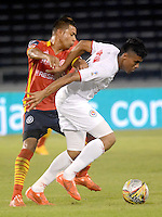 BARRANQUILLA- COLOMBIA - 12-09-2015: Daniel Machacon jugador de  Uniautonoma disputa   balon con Juan Camilo Roa  de Cortulua  durante partido  por la fecha 12 de la Liga Aguila II 2015 jugado en el estadio Metropolitano / Daniel Machacon  player of Uniautonoma fights the ball against Juan Camilo Roa of   Cortulua during a match for the twelfth date of the Liga Aguila II 2015 played at Metropolitano  stadium in Barranquilla  city. Photo: VizzorImage / Alfonso Cervantes / Cont