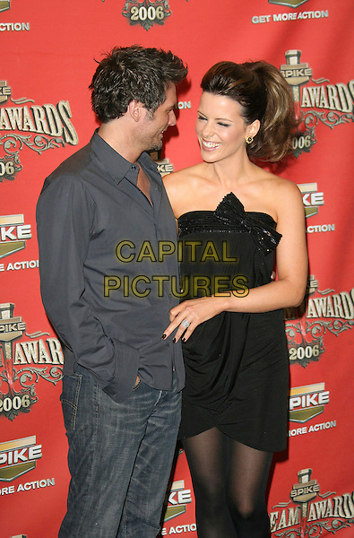 """LEN WISEMAN & KATE BECKINSALE.At Spike TV's """"Scream Awards 2006"""", Press Room,. at the Pantages Theatre, Hollywood, California, USA, .7th October 2006..half length married husband wife couple black sequined strapless dress bow tights .Ref: ADM/ZL.www.capitalpictures.com.sales@capitalpictures.com.©Zach Lipp/AdMedia/Capital Pictures."""