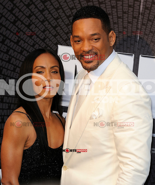 News Pictures--- PARIS, FRANCE - MAY 11: US actor Will Smith with his wife Jada Pinkett Smith attend the 'Men in Black 3' (MIB 3) european film premiere at 'Le Grand Rex', on May 11, 2012 in Paris, France. Local Caption Will Smith, Jada Pinkett Smith  .. Credit: Edouard Bernaux/News Pictures/MediaPunch Inc. ***FOR USA ONLY***