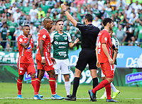 PALMIRA - COLOMBIA, 06-10-2019: Wilmar Roldan, arbitro, muestra la tarjeta amarilla a Edwin Velasco del America durante partido entre Deportivo Cali y América de Cali por la fecha 15 de la Liga Águila II 2019 jugado en el estadio Deportivo Cali de la ciudad de Palmira. / Wilmar Roldan, referee, shows the yellow card to Edwin Velasco of America during match between Deportivo Cali and America de Cali for the date 11 as part Aguila League II 2019 played at Deportivo Cali stadium in Palmira city. Photo: VizzorImage / Nelson Rios / Cont