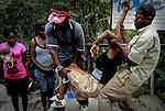 Terremoto en Haiti.  Una mujer desfallece en la calle, segun dijo llevaba 2 dias sin comer..After quake in Haiti, the population affected suffer the consecuences of the disaster