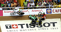 CALI - COLOMBIA - 17-01-2015: Hodel Mazquiaran (Der.) de España y Eoin Mullen (Cent.) de Irlanda sufrieron caída en la prueba del Keirin en el Velodromo Alcides Nieto Patiño, sede de la III Copa Mundo UCI de Pista de Cali 2014-2015  /  Hodel Mazquiarán (R) of Spain and Eoin Mullen (C) of Ireland suffered fall during the race of Keirin in the Alcides Nieto Patiño Velodrome, home of the III Cali Track World Cup 2014-2015 UCI. Photos: VizzorImage / Luis Ramirez / Staff.