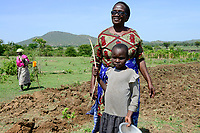 "Tansania Region Mara, Musoma, Projekt Frauenfoerderung der Dioezese Musoma und ""Mama Regina"" Regina Andrea Mukama, 64, bei einer Kuria Familie"