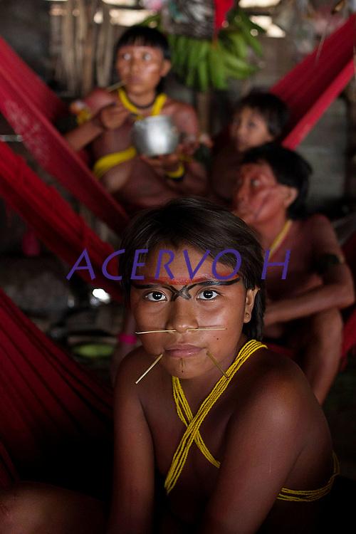 aldeia Wathoriki, região do Rio Demini, na Terra Indígena Yanomami <br /> <br /> Entre os dias 15 e 20 de outubro mais de 700 representantes yanomami reuniram-se na aldeia Watoriki (Demini), no Amazonas, na VII Assembleia Geral da Hutukara Associação Yanomami (HAY) que teve como tema os 20 anos da homologação da Terra Indígena Yanomami.<br /> <br /> BARCELOS-AM  10-2012 - Novo Demini, as comunidades do Antônio e do Abraão. A aldeia Watoriki está localizada no meio da floresta amazônicana NA região do município de Barcelos (a 399 quilômetros de Manaus), divisa dos Estados do Amazonas e Roraima,e também é rodeada de montanhas. Seu nome é uma referência à montanha cujo nome em português significa serra do vento. A população é estimada em 150 pessoas, que vivem conjuntamente dentro de uma maloca. FOTO: ODAIR LEAL