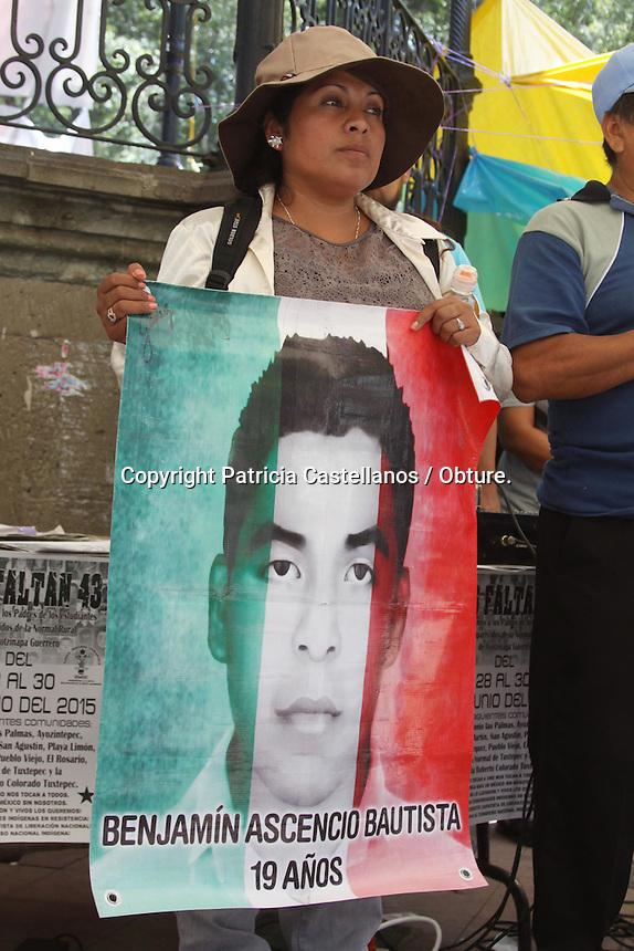 m&iacute;<br /> <br /> Oaxaca de Ju&aacute;rez, Oaxaca. 15/06/2015.- Como parte de los acuerdos arrojados de su &ldquo;Primer Festival de las Resistencias y Rebeld&iacute;as Contra el Capitalismo&rdquo; este lunes familiares de los estudiantes de la Normal Rural Raul Isidro Burgos de Ayotzinapa Guerrero, visitaron la capital oaxaque&ntilde;a para exigir justicia para los 43 alumnos desaparecidos en Iguala y a su vez invitar al plant&oacute;n denominado &ldquo;43 x 43&rdquo; que llevaran a cabo en el palacio de Bellas Artes el pr&oacute;ximo 26 de junio.<br /> <br />  <br /> <br /> En este contexto, los familiares de Benjam&iacute;n Ascencio Bautista y Julio C&eacute;sar Nava Ram&iacute;rez, informaron que del 28 al 30 de junio visitaran diversas comunidades en el &ldquo;Camino de la palabra&rdquo; donde ir&aacute;n exponiendo los casos de los 43 estudiantes desaparecidos y exigiendo justicia para ellos, dentro de las poblaciones que componen esta gira se encuentran: San Antonio Las Palmas, Ayonzintepec, Plan Juan Mart&iacute;n, San Agust&iacute;n, Playa Lim&oacute;n, Mano M&aacute;rquez, Pueblo Viejo, El Rosario, La Normal de Tuxtepec, y la Escuela Roberto Colorado Tuxtepec.<br /> <br />  <br /> <br /> En este contexto, los integrantes de la secci&oacute;n 22 del Sindicato Nacional de Trabajadores de la Educaci&oacute;n (SNTE), dieron la bienvenida a los padres de los 43 estudiantes desaparecidos, quienes despu&eacute;s de escuchar sus testimonios, reiteraron su solidaridad con su causa.