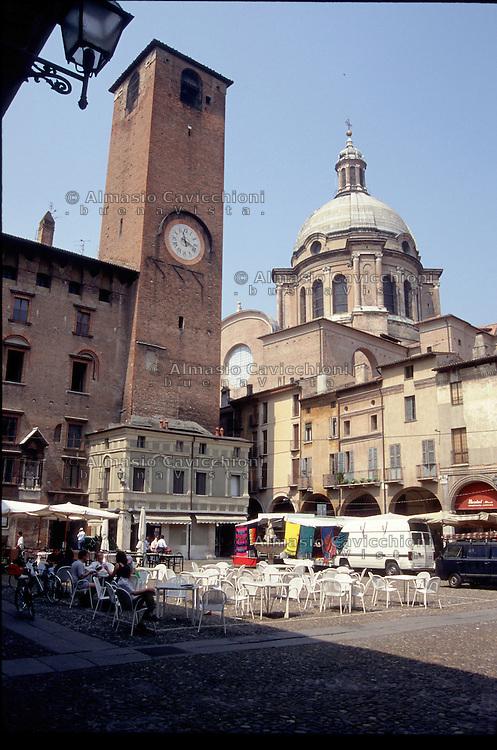 Mantova, centro storico, Piazza Broletto, Torre civica e basilica di Sant'Andrea.<br /> Mantua, old town centre, Sant'Andrea basilica.
