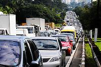 Traffic on Avenida Marginal Pinheiros sense Interlagos near the Bridge Transamerica region west of the city of Sao Paulo PHOTO: ADRIANO LIMA / BRAZIL PHOTO PRESS).