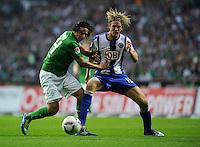 FUSSBALL   1. BUNDESLIGA   SAISON 2011/2012    7. SPIELTAG SV Werder Bremen - Hertha BSC Berlin                   25.09.2011 Claudio PIZARRO (li, Bremen) gegen Peter NIEMEYER (re, Berlin)