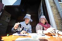 WANDELSPORT: SNEEK: 04-05-2016, Elfstedenwandeltocht traject Sloten- Workum, Stempelen in klederdracht in Hindeloopen, ©foto Martin de Jong