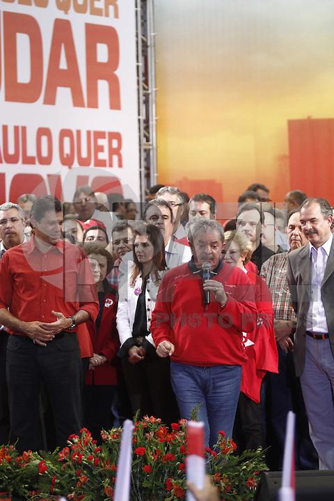 ATENÇÃO EDITOR: FOTO EMBARGADA PARA VEÍCULOS INTERNACIONAIS. SAO PAULO, SP, 20 DE OUTUBRO DE 2012.  ELEIÇAO 2012 SAO PAULO - 2 TURNO -FERNANDO HADDAD.  O ex presidente Luis Inacio Lula da Silva, durante comicio do candidato do PT a prefeitura, Fernando Haddad, no Ginasio da Portuguesa, na noite deste sabado, na zona norte da capital paulista. FOTO ADRIANA SPACA - BRAZIL PHOTO PRESS