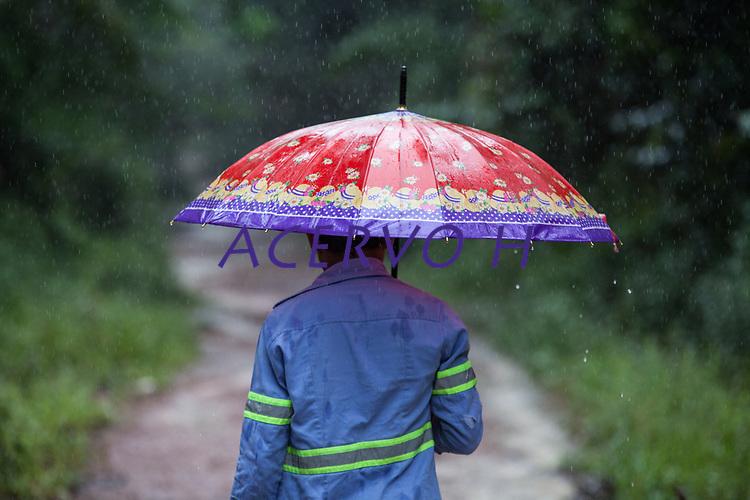 Barcarena. Par&aacute;. Brasil. Cidades. Situação comunidades Barcarena. 25-02-18. Fotos: Maycon Nunes/Di&aacute;rio do Par&aacute;. Comunidade de Vila Nova, umas das mais atingidas.<br /> <br /> O adolescente Marcos, usando uniforme da empresa, encontrado no lixo , leva o fot&oacute;grafo acompanhando o percurso da &aacute;gua que sai do RDS1 avan&ccedil;ando sobre igarap&eacute;s e rios.