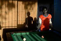 ETHIOPIA Province Benishangul-Gumuz, town Debate, children play pool / AETHIOPIEN, Provinz Benishangul-Gumuz, Stadt Debate, Kinder spielen Billiard