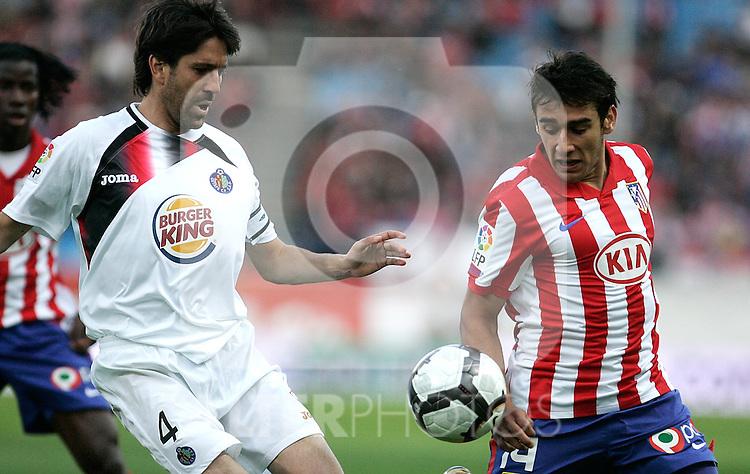 Getafe's David Belenguer against Atletico de Madrid's Salvio during La Liga match, May 15, 2010. (ALTERPHOTOS/Alvaro Hernandez).