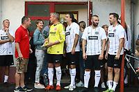 Büttelborn 25.08.2017: SKV Old Boys vs. Eintracht Frankfurt Traditionsmannschaft<br /> Eintracht Spieler warten das Unwetter an der Kabine ab<br /> Foto: Vollformat/Marc Schüler, Schäfergasse 5, 65428 R'heim, Fon 0151/11654988, Bankverbindung KSKGG BLZ. 50852553 , KTO. 16003352. Alle Honorare zzgl. 7% MwSt.