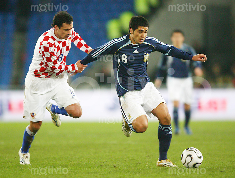 Fussball International Testspiel Kroatien 3-2 Argentinien Marko Babic (CRO,li) gegen Juan Roman Riquelme (ARG)