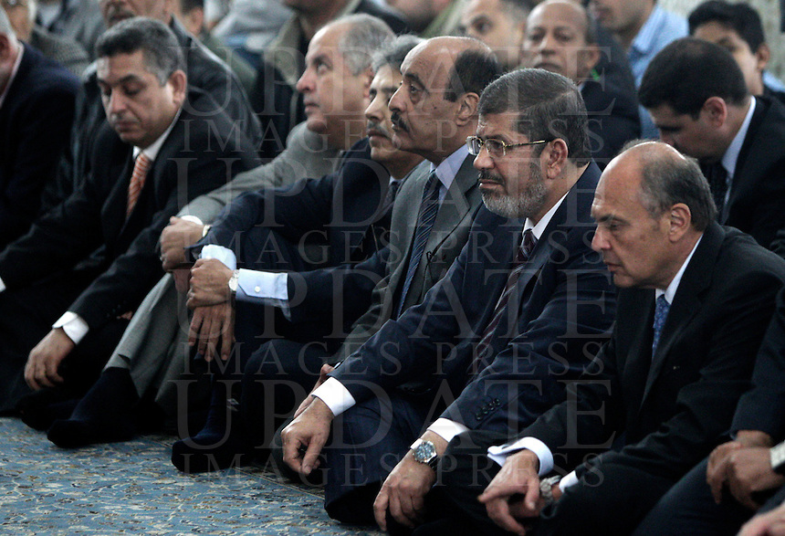 Il presidente egiziano Mohamed Morsi, secondo da destra, siede tra i fedeli radunati all'interno della Grande Moschea di Roma, 14 settembre 2012..Egyptian President Mohamed Morsi, second from right, sits among faithful gathered inside the Great Mosque in Rome, 14 September 2012..UPDATE IMAGES PRESS/Riccardo De Luca