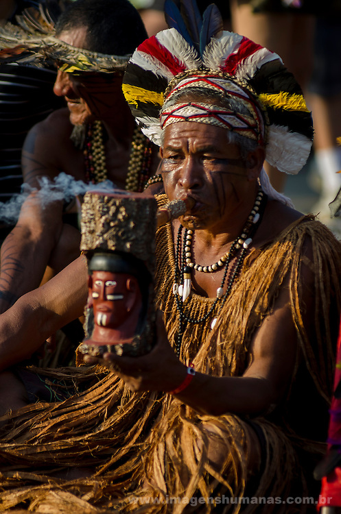 Cúpula dos Povos 17 de junho de 2012 fotos de Thiago Ripper - Indio fumando cachimbo no territorio Terra livre