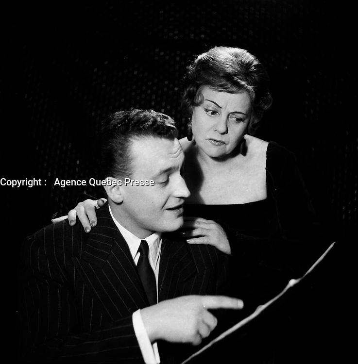 Portrait studio de Lucienne Boyer ert son pianiste<br /> <br /> (Date inconnue)<br /> <br /> PHOTO :  Agence Quebec Presse - Roland Lachance
