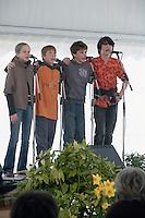 Les quatre jeunes de Kanfarted Magoar (13 et 15 ans) devant le jury..Remarquez la facon dont ils se tiennent par les epaules