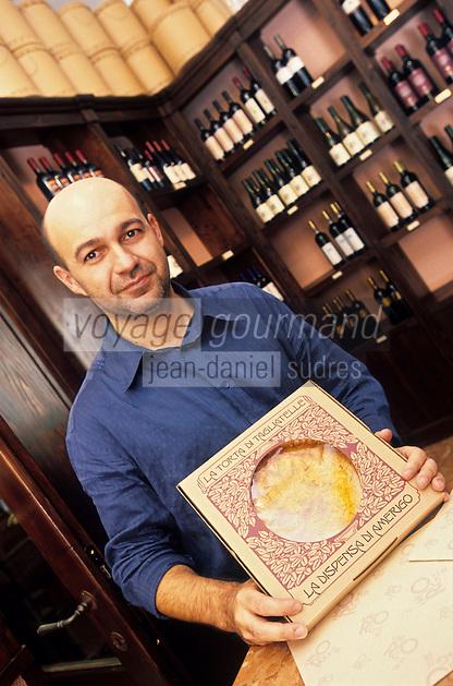 Europe/Italie/Emilie-Romagne/Trattoria del Amerigo : Alberto Bettini et la tarte aux tagliatelles dans la boutique du restaurant