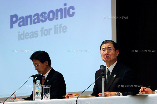 February 1, 2013, Tokyo, Japan - Panasonic Corporation Chief Financial Officer Hideaki Kawai (right) announces the financial third-quarter and nine-month results during a press conference at its head office in downtown, Tokyo. Panasonic announced sales decreased in the present third quarter by 8% to 1,801.5 billion yen, compared with 1,960.2 billion yen of the third quarter of the ended March 31, 2012. With the consolidated group total, domestic sales came to 917.2 billion yen which is down by 12% compared with 1,043.8 billion yen. Overseas sales came to a decrease of 884.3 billion yen, down 3% compared with 916.4 billion yen.(Photo by Rodrigo Reyes Marin/AFLO)