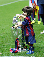 Calcio, finale di Champions League Juventus vs Barcellona all'Olympiastadion di Berlino, 6 giugno 2015.<br /> Milan, son of FC Barcelona's Gerard Pique' touches the trophy at the end of the Champions League football final between Juventus Turin and FC Barcelona, at Berlin's Olympiastadion, 6 June 2015. Barcelona won 3-1.<br /> UPDATE IMAGES PRESS/Isabella Bonotto