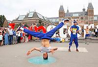Nederland Amsterdam. Straatartiesten aan het werk op het Museumplein