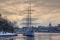 Segelfartyget af Chapman vid Skeppsholmen i vinterdis i Stockholm.