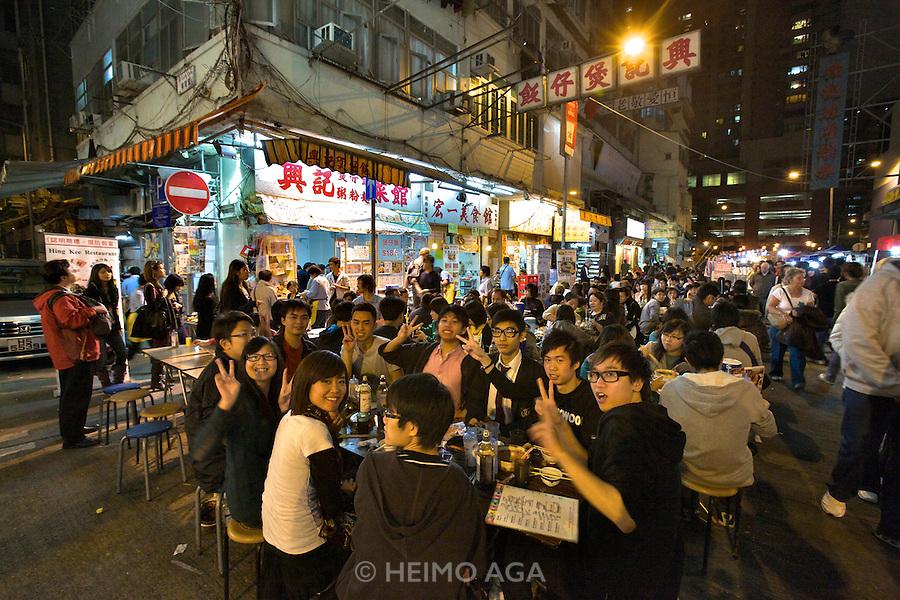 Kowloon. Temple Street Night Market. Open air restaurants.
