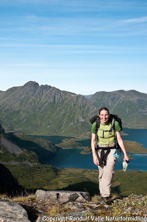 Dame på vei opp fra Husfjorden mot Komagaksla på Sørøya. ---- Woman walking in the direction of Komagaksla from Husfjorden on Sørøya.