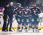 Stockholm 2013-12-28 Ishockey Hockeyallsvenskan Djurg&aring;rdens IF - Almtuna IS :  <br /> Djurg&aring;rden Mattias Guter har skadat sig i inledningen av matchen efter att ha &aring;kt in i sargen och hj&auml;lps av isen av Djurg&aring;rden Joakim Eriksson och Djurg&aring;rden Timmy Pettersson <br /> (Foto: Kenta J&ouml;nsson) Nyckelord:  skada skadan ont sm&auml;rta injury pain