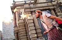 SAO PAULO, SP - 27.03.2017 - PROTESTO-SP - Artistas protestam contra o congelamento da verba da Prefeitura da cidade de S&bdquo;o Paulo voltados para cultura na tarde desta segunda-feira (27). O movimento sai em passeata pelas ruas do centro da capital.<br /> <br /> (Foto: Fabricio Bomjardim / Brazil Photo Press)