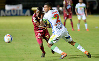 IBAGUÉ - COLOMBIA, 04-09-2018: Jader Obrian (Izq) jugador de Deportes Tolima disputa el balón con Eddie Segura (Der) jugador de Atlético Huila durante partido por la fecha 8 de la Liga Águila II 2018 jugado en el estadio Manuel Murillo Toro de la ciudad de Ibagué. / Jader Obrian (L) player of Deportes Tolima vies for the ball with Eddie Segura (R) player of Atletico Huila during match for date 8 of the Aguila League II 2018 played at Manuel Murillo Toro stadium in Ibague city. Photo: VizzorImage / Juan Carlos Escobar / Cont