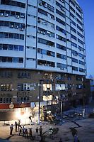 SÃO BERNARDO DO CAMPO, SP,07 FEVEREIRO 2012-.Desabamento  prédio comercial, na esquina da avenida Índico com a rua Jurubatuba, no centro de São Bernardo do Campo, no ABC, desabarem parcialmente por volta das 19h40 desta segunda-feira (6).(FOTO: ADRIANO LIMA - NEWS FREE).