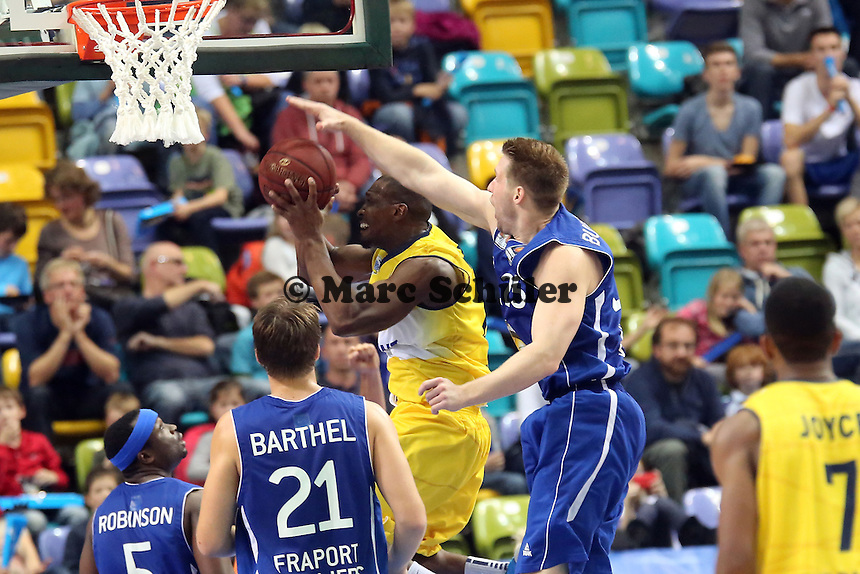 Dru Joyce (EWE) gegen Jacob Burtschi (Skyliners) - Fraport Skyliners vs. EWE Baskets Oldenburg, Fraport Arena Frankfurt