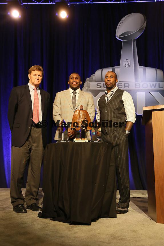 Green Bay Packers CEO Mark Murphy als Vertreter für QB Aaron Rodgers mit den beiden Finalisten LB Thomas Davis (Carolina Panthers) und WR Anquan Boldin (San Francisco 49ers)- Walter Payton Man of the Year Award, Super Bowl XLIX, Convention Center Phoenix