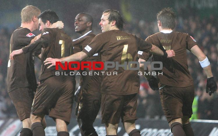 2.Liga 2007/2008  15. Spieltag Hinrunde<br /> FC St.Pauli &ndash; vs. 1.FC Kaiserslautern 3:4<br /> <br /> Ausgleich 3:3 durch Thomas Meggle. Von links nach rechts: Timo Schultz (Nr. 12) umarmt Torsch&uuml;tze Thomas Meggle (Nr.10), Charles Takyi (Nr. 13), Filip Trojan (Nr.6) und Marvin Braun (Nr.7) in der 48.Minute.<br /> <br /> <br /> Foto &copy; nph (nordphoto)<br /> <br /> *** Local Caption ***