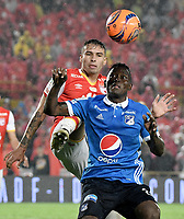 BOGOTÁ -COLOMBIA, 25-03-2017. Jose David Moya (Izq.) jugador de Santa Fe disputa el balón con Duver Riascos (Der.) jugador del Millonarios durante el encuentro de vuelta entre Independiente Santa Fe y Millonarios partido aplazado por la fecha 2 de la Liga Aguila I 2017 jugado en el estadio Nemesio Camacho El Campin de la ciudad de Bogota. / Jose David Moya (L) player of Santa Fe struggles for the ball with Duver Riascos (R) player of Millonarios during postponed match between Independiente Santa Fe and Millonarios for date 2 of the Aguila League I 2017 played at the Nemesio Camacho El Campin Stadium in Bogota city. Photo: VizzorImage/ Gabriel Aponte / Staff