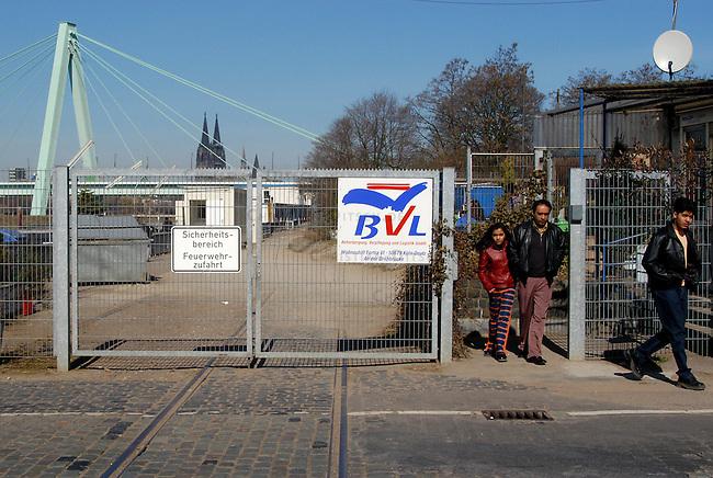 Fluechtlingsschiffe im Deutzer Hafen in Koeln<br /> Anlegestelle fuer die sogenannten Fluechtlingsschiffe im Koeln-Deutzer Hafen.<br /> Fluechtlinge werden in den Schiffen untergebracht. Die Schiffe sind im Dezember 2002 als &quot;Alternative&quot; fuer ein aufgeloestes Containerlager eingerichtet worden.<br /> Betreiber der Schiffe ist die Firma Beherbergung, Verpflegung und Logistik GmbH (BVL).<br /> 22.3.2003, Koeln<br /> Copyright: Christian-Ditsch.de<br /> [Inhaltsveraendernde Manipulation des Fotos nur nach ausdruecklicher Genehmigung des Fotografen. Vereinbarungen ueber Abtretung von Persoenlichkeitsrechten/Model Release der abgebildeten Person/Personen liegen nicht vor. NO MODEL RELEASE! Nur fuer Redaktionelle Zwecke. Don't publish without copyright Christian-Ditsch.de, Veroeffentlichung nur mit Fotografennennung, sowie gegen Honorar, MwSt. und Beleg. Konto: I N G - D i B a, IBAN DE58500105175400192269, BIC INGDDEFFXXX, Kontakt: post@christian-ditsch.de<br /> Bei der Bearbeitung der Dateiinformationen darf die Urheberkennzeichnung in den EXIF- und  IPTC-Daten nicht entfernt werden, diese sind in digitalen Medien nach &sect;95c UrhG rechtlich geschuetzt. Der Urhebervermerk wird gemaess &sect;13 UrhG verlangt.]