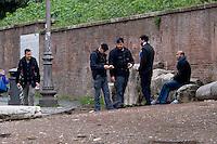 Roma 23 Novembre 2015<br /> Colosseo sorvegliato speciale in vista del Giubileo essendo un luogo di forte impatto turistico. Il piano, ideato dalla questura con la prefettura e forze dell&rsquo;ordine, prevede un potenziamento dei controlli antiterrorismo nella zona intorno al Colosseo. Polizia durante i controlli antiterrorismo al Colosseo.<br /> Rome 23 November 2015<br /> Colosseum special surveillance in view of the Jubilee being a place of great tourist impact. The plan, devised by the police with the prefecture, provides for the reinforcement of anti-terrorism controls in the area around the Colosseum.  Police during anti-terrorism controls the Colosseum.