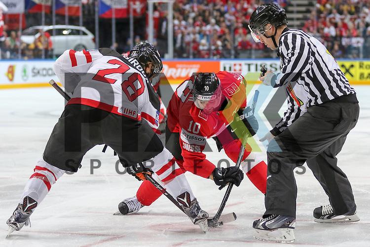 Canadas Giroux Claude (Nr.28) und Schweizs Ambuhl, Andreas (Nr.10) beim Bully im Spiel IIHF WC15 Schweiz vs. Canada.<br /> <br /> Foto &copy; P-I-X.org *** Foto ist honorarpflichtig! *** Auf Anfrage in hoeherer Qualitaet/Aufloesung. Belegexemplar erbeten. Veroeffentlichung ausschliesslich fuer journalistisch-publizistische Zwecke. For editorial use only.