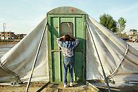 """Nach dem Erdbeben im August in der Tuerkei leben tausende Menschen in Zeltlagern und Behilfszelten.<br /> Die Hilfsorganisation """"Kinder haben Rechte"""" hat in der Ortschaft Yuvacik-Koey eine Traglufthalle aufgebaut, die fuer die Kinder als Schulhaus dienen soll, da nicht klar ist, ob und wann die Regierung ein neues Schulhaus errichtet.<br /> Hier: Ein Kind beobachtet den Fortgang des Baus der """"Ballon-Schule"""".<br /> 13.10.1999, Yuvacik-Koey/Tuerkei<br /> Copyright: Christian-Ditsch.de<br /> [Inhaltsveraendernde Manipulation des Fotos nur nach ausdruecklicher Genehmigung des Fotografen. Vereinbarungen ueber Abtretung von Persoenlichkeitsrechten/Model Release der abgebildeten Person/Personen liegen nicht vor. NO MODEL RELEASE! Nur fuer Redaktionelle Zwecke. Don't publish without copyright Christian-Ditsch.de, Veroeffentlichung nur mit Fotografennennung, sowie gegen Honorar, MwSt. und Beleg. Konto: I N G - D i B a, IBAN DE58500105175400192269, BIC INGDDEFFXXX, Kontakt: post@christian-ditsch.de<br /> Bei der Bearbeitung der Dateiinformationen darf die Urheberkennzeichnung in den EXIF- und  IPTC-Daten nicht entfernt werden, diese sind in digitalen Medien nach §95c UrhG rechtlich geschützt. Der Urhebervermerk wird gemaess §13 UrhG verlangt.]"""