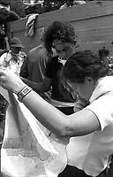 Genova 20 Luglio 2001.G8.Stadio Carlini,DisobbedientiRagazze studiano la mappa di Genova prima del corteo