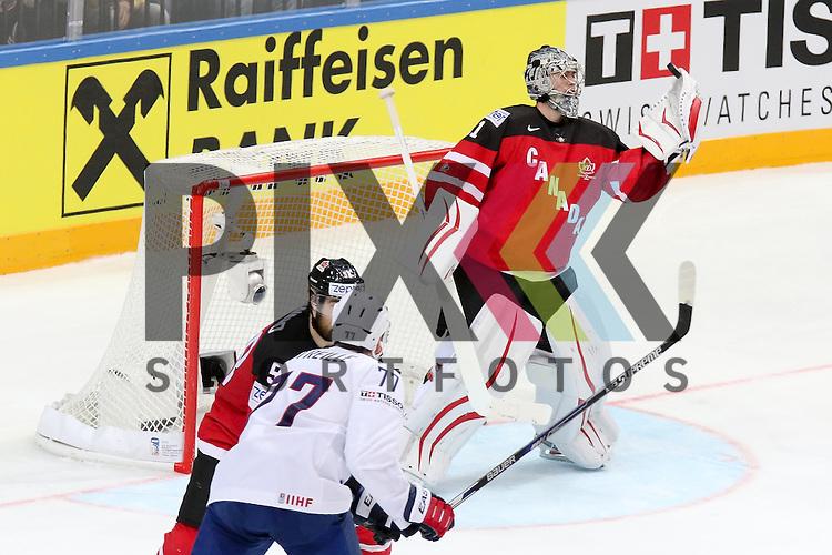 Canadas Jones, Martin (Nr.31) kann den Puck nicht ganz fangen im Spiel IIHF WC15 France vs Canada.<br /> <br /> Foto &copy; P-I-X.org *** Foto ist honorarpflichtig! *** Auf Anfrage in hoeherer Qualitaet/Aufloesung. Belegexemplar erbeten. Veroeffentlichung ausschliesslich fuer journalistisch-publizistische Zwecke. For editorial use only.